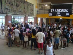 Participantes se aglomeram em torno da rádio, no Centro de Eventos do Sebrae