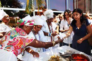 Baianas fazem acarajé em cerimônia de registro como Patrimônio Imaterial da Bahia